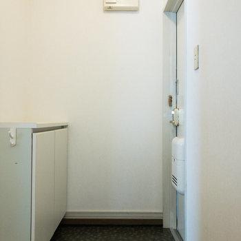 玄関には靴を2~3足並べておけそうです。※写真は前回募集時のものです