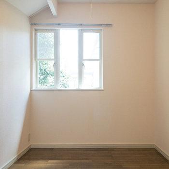 【洋室約5帖】窓の近くには植木が。青々しさに癒やされます。