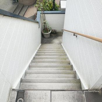 階段には手すりが付いているので安心です。