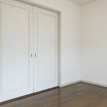 【洋室約6帖】スライドドアをしめると落ち着いた雰囲気に。※写真は前回募集時のものです