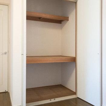 【洋室約5帖】物置は大容量。突っ張り棒などを活用すると衣類も掛けられます。