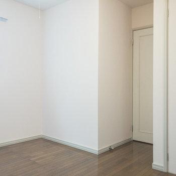 【洋室約5帖】ベッドは左側に置くと良さそうです。