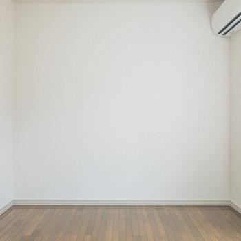 【洋室約6帖】ソファやローテーブル、テレビなどを置けそうです。※写真は前回募集時のものです