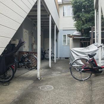 1階には駐輪場があります。
