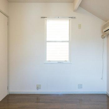 【洋室約5帖】こちらは寝室に良さそうですよ。