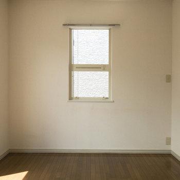 【洋室約6帖】二面採光なので日当たりと風通りが良好です。※写真は前回募集時のものです