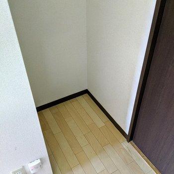 【キッチン】コンロ置き場向かい側に冷蔵庫置場あり。