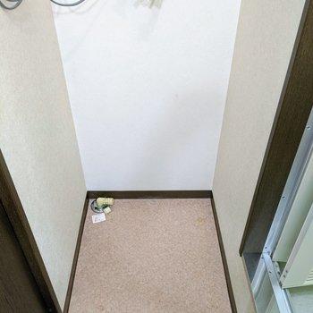 洗面台の向かい側に洗濯機置き場あります。