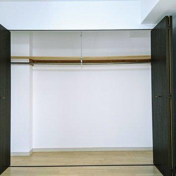 【洋室】大容量のクローゼット。洋服から大型荷物までしっかりと収納できますね〜。