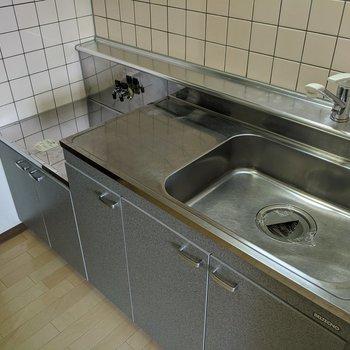 【キッチン】シンク広め、調理場所も広め。コンロは持ち込みです〜。