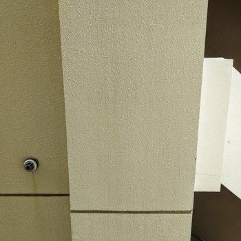 【洋室】洋室窓からの景色です。隣の建物とは約2mほどで少し近めです。