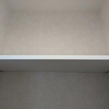 トイレには棚がついています。追加の日用品が置けちゃいます。