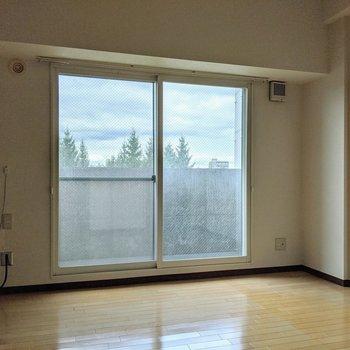 【リビング】爽快感のある大きな窓は北向き。こちらからベランダに出られます。
