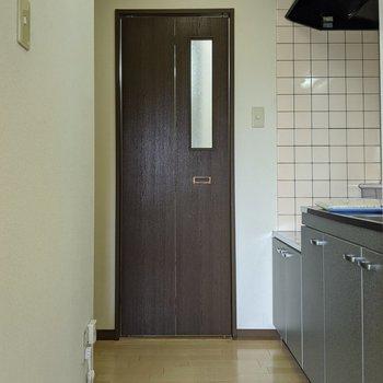 【キッチン】キッチンスペースは脱衣所、浴室につながっています。