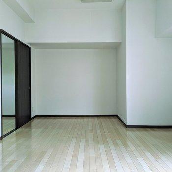 【リビング】お部屋の中心にドンッとソファーとテーブルを。