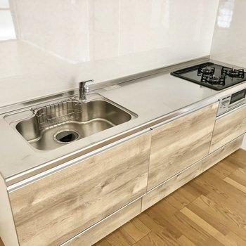 3口コンロ・作業スペースしっかりあるキッチン。冷蔵庫は隣に置けそう!