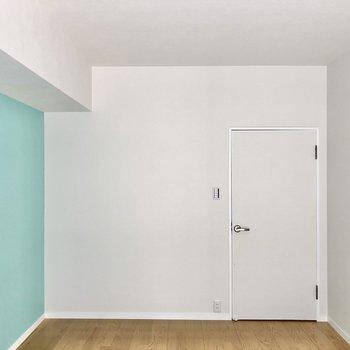 さて、廊下側の洋室へいきましょう。爽やかブルーのキュートな空間です。