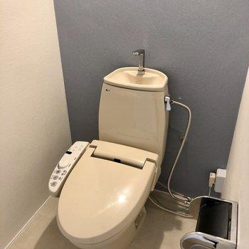 淡いネイビークロスのトイレ。もちろんウォシュレット付き!