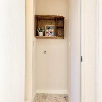 洗濯機置き場の上には小物置き場が。