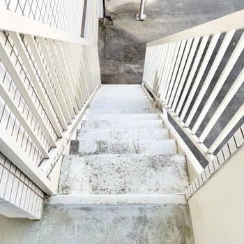 階段の幅は少々狭めなのでご注意を。