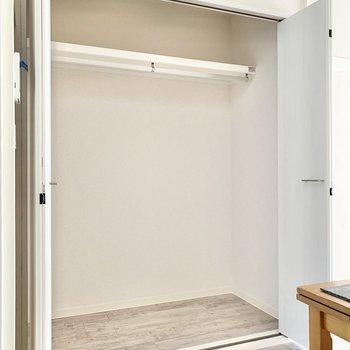 【LDK】クローゼットの中は大容量。丈の長いアウター類を掛けられますよ。