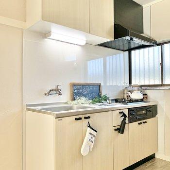 【LDK】収納たっぷりなキッチンです。