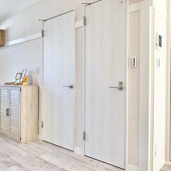 【LDK】こちらの扉はトイレ及びサニタリーです。