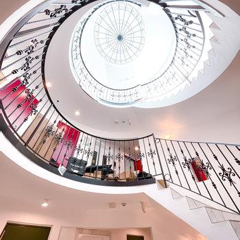 螺旋階段が各お部屋を繋ぎます。見上げると教会のような吹き抜けに……!(※写真は工事中)