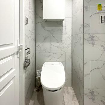 トイレはスマートなタンクレスタイプで、収納の見た目もミニマル。