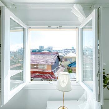 腰窓は両開き。窓を開ける仕草ですらも北欧の暮らしを再現。