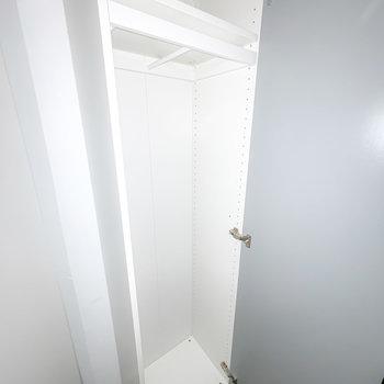中の棚は自由に調節できるので、持ち物に合わせてお使いいただけます。