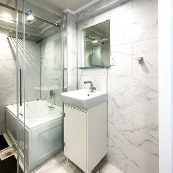 こんな素敵な洗面台で身支度したら、いつもより自分が綺麗に見えそう!隣には洗濯機置き場も。