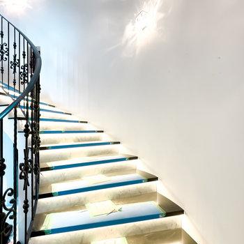 1階の階段は足元が光り、まるでウェディング会場のよう。(※写真は工事中)