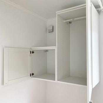 収納は吊戸棚タイプ。