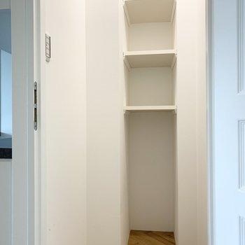 廊下に棚付の収納スペースもあります。