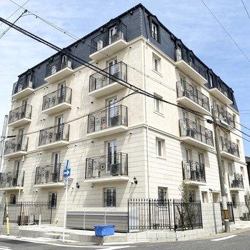 ヨーロピアンな外観の5階建鉄筋コンクリート構造のマンションです。