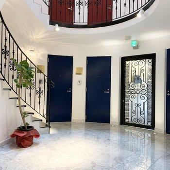 オートロックドアも飾り戸でオシャレ!