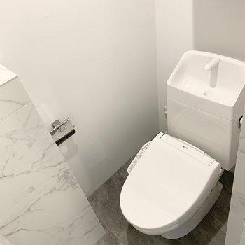 トイレはウォシュレットと吊戸棚付。
