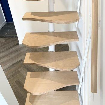 互い違いに踏面が並ぶ、省スペースな階段です。ナミナミなデザインも素敵◎