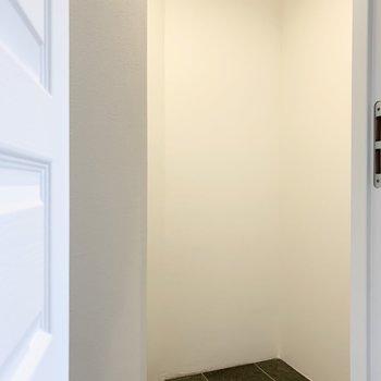 スペースのみですので、棚等はご自身でご用意を。