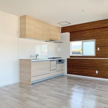 【リビング13帖】キッチンまわりには食器棚やラックを。