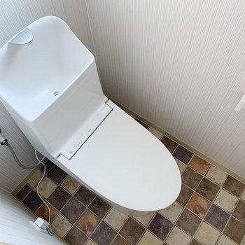 トイレは床がビンテージ調でかわいいんです◯