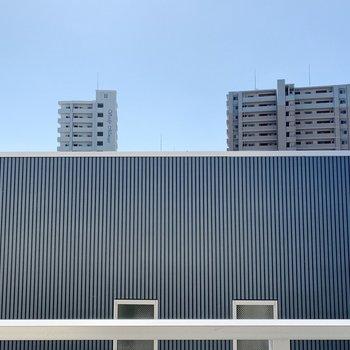【バルコニー①】お向かいさんの壁は近めですが、日当たりは良さそう。