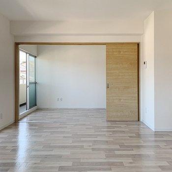 【リビング13帖】奥には5.6帖の洋室が見えます。仕切り扉はせず、広々使いましょ◎