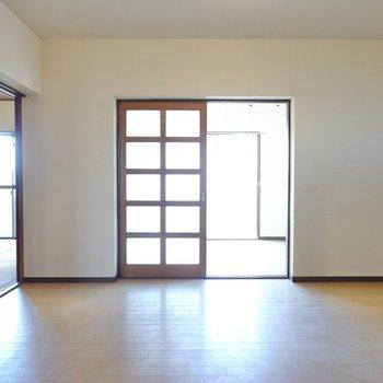 玄関を抜けると、まずはDKへ。どんなお部屋に変えようか……想像しながら見てくださいね!(※写真は似た間取りの別部屋のもの)