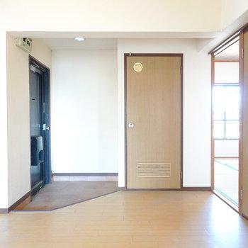 水廻りは玄関側に。ドアや引き戸も新しくできますよ。(※写真は似た間取りの別部屋のもの)