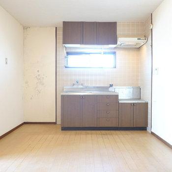 右に視線を振ると、壁付けのキッチン。こちらは新品のシステムキッチンに変更できます!(※写真は似た間取りの別部屋のもの)