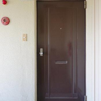 クリーム色の外壁にこげ茶の玄関ドアがなんともマッチ。