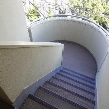 エレベーターはなく、アクセスは階段のみです。荷物の上げ下げが少しだけ大変かも。