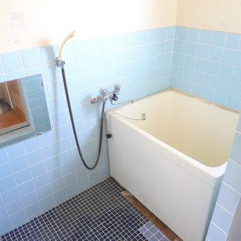 今はタイル貼りのレトロカワイイお風呂ですが……(※写真は似た間取りの別部屋のもの)